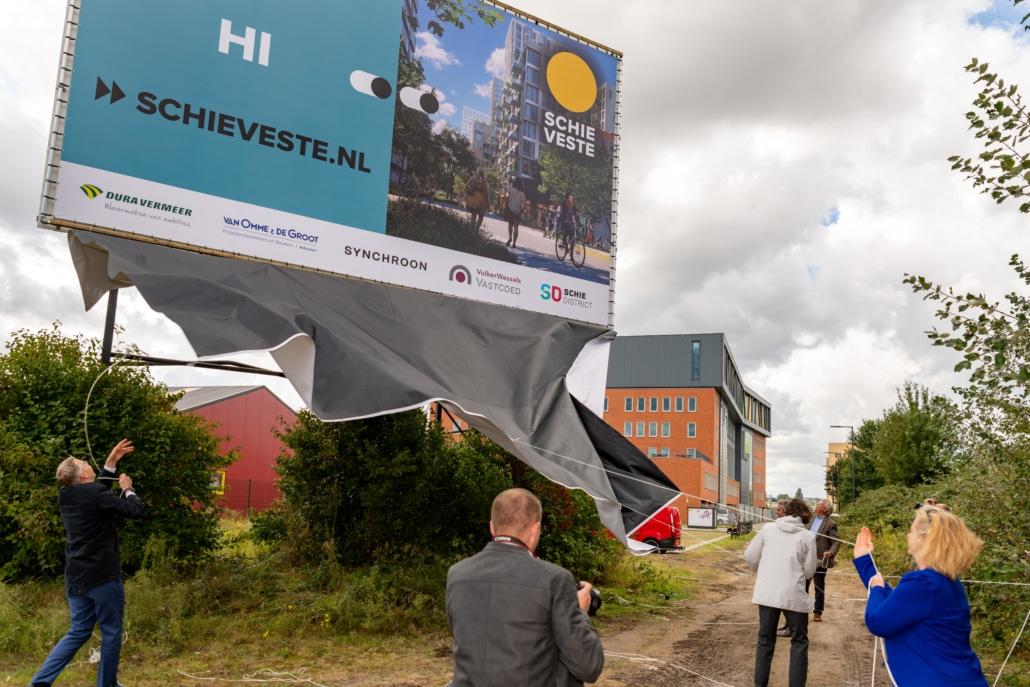 Het bouwbord van Schieveste werd woensdag onthuld door vertegenwoordigers van OCS Marco Dijkshoorn, Job Posner en Marc van Os en de wethouders Laan (rechtsonder) en Houtkamp.